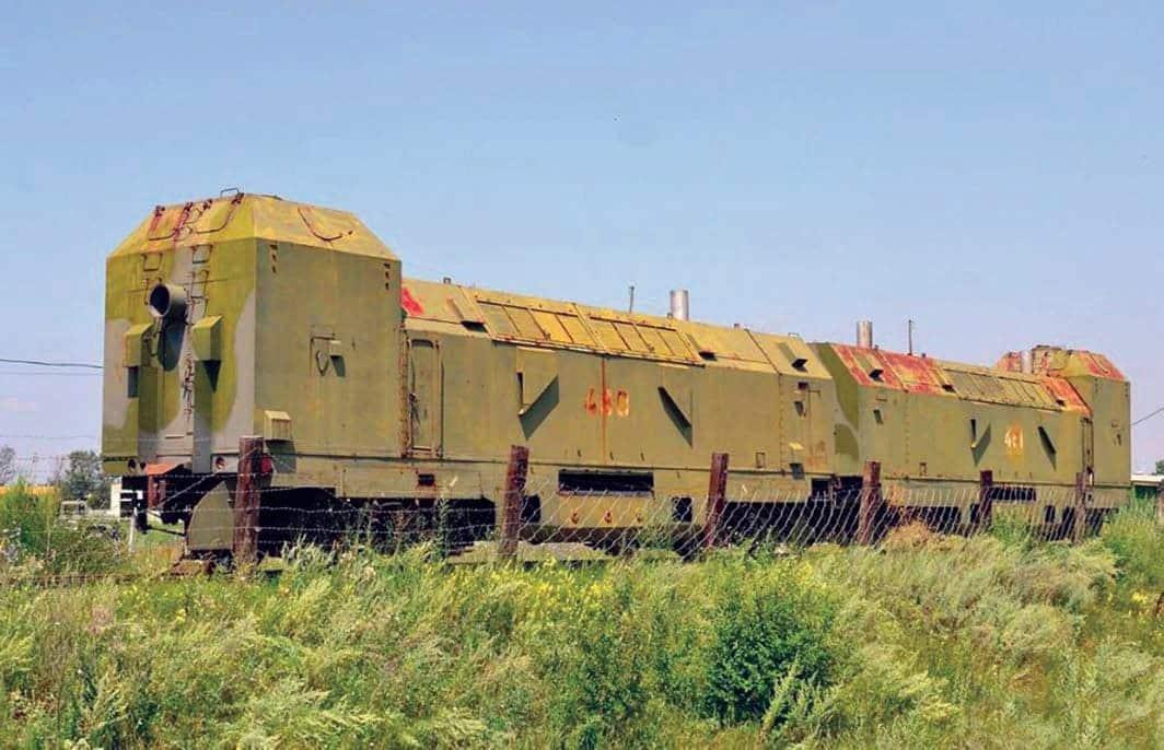 Пара бронированных тепловозов ТГ-20