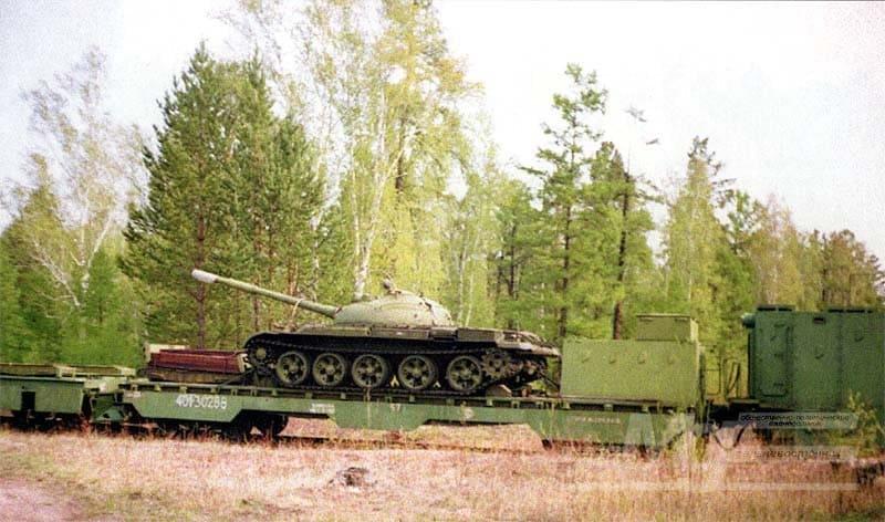 Платформа бронелетучки с танком Т-62