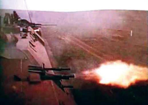 Зенитная установка штабного броневагона ведет огонь