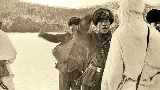 Китайские военные угрожают советским пограничникам, остров Даманский, 1969 г