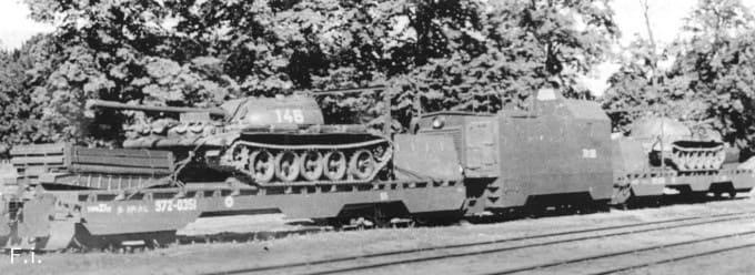 две платформы с танками Т-55и бронированный тепловоз ТГМ1