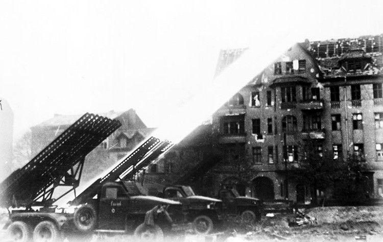 Гвардейские реактивные минометы ведут огонь по Рейхстагу