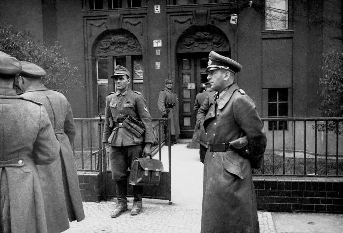 Немецкий генерал Кребс у командного пункта 8-й Гвардейской армии. 1-е мая 1945г. Через несколько часов он покончит с собой...