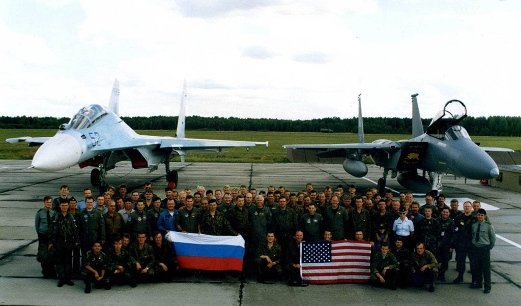 "Russian and American pilots near the Su-27UB and F-15C planes in 1992 - ""peace, friendship, chewing gum"" did not last long"
