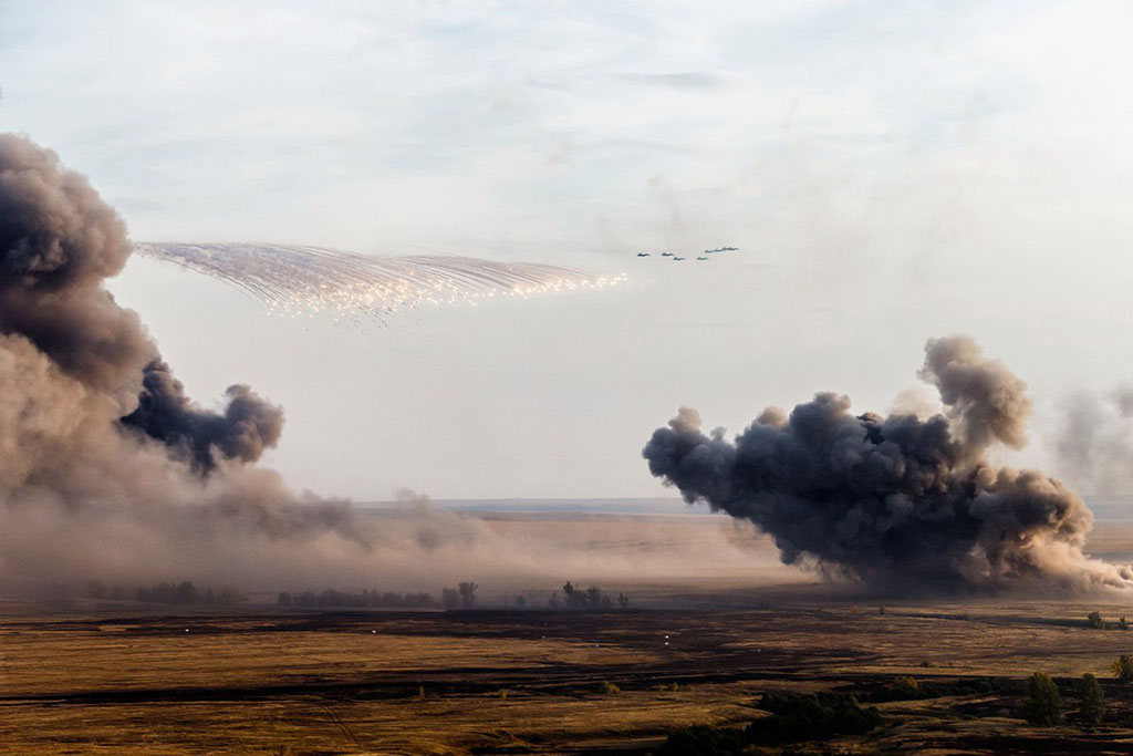 "Frontline bombers can play a major role in a possible ""big conventional war."" The picture shows the blow of two Su-34 units with the shooting of heat traps during the exercises ""Center-2015"""