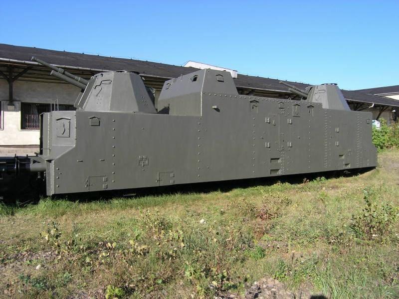 dvuxbashennyiy-artilleriyskiy-bronevagon